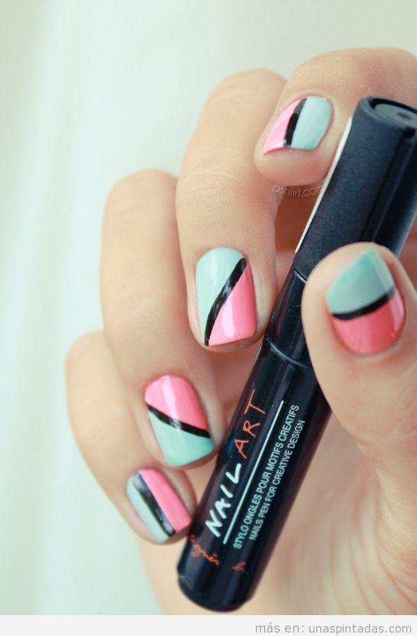 Diseño de uñas en rosa y azul pastel con raya negra