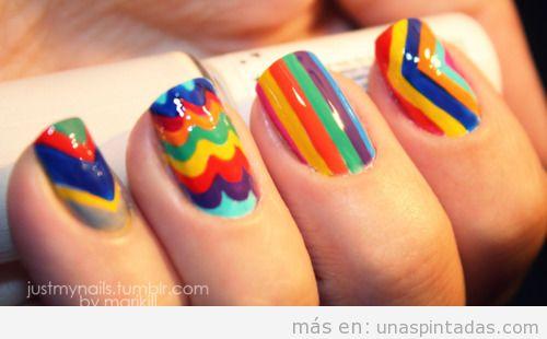 Decoración de uñas con muchos colores, como el arco iris