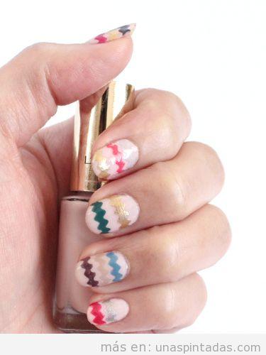Diseño de uñas con cinta adhesiva cortada con pequeñas ondas