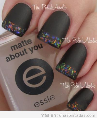 Diseño de uñas con purpurina de color negro mate