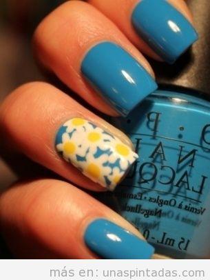 Dibujo de margaritas en uñas pintadas