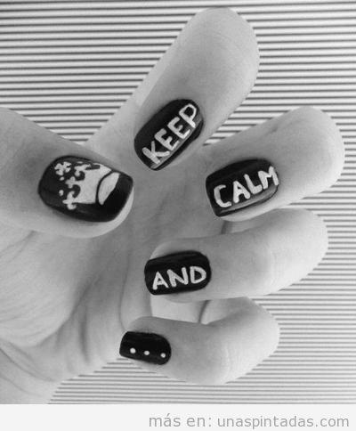 Diseño de uñas con las palabras Keep Calm and...