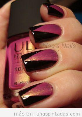 Uñas decoradas con un triangulo rosa encima de fondo negro y con purpurina, elegante y sencillo