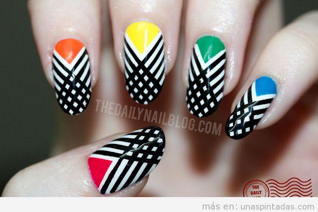Decoración de uñas con colores básicos y líneas cruzadas