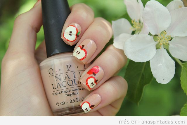 Diseño de uñas con dibujos de manzanas rojas