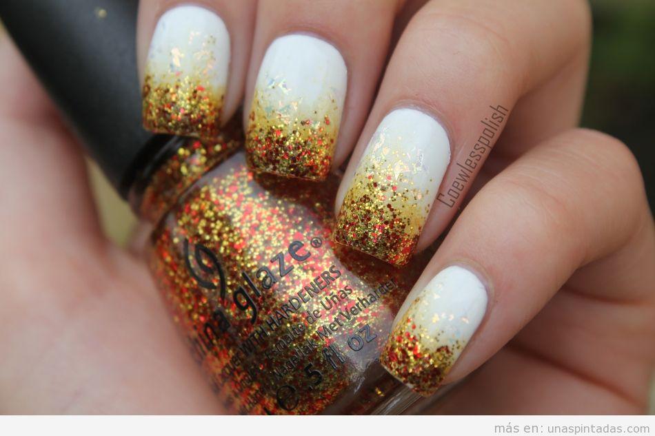 Diseño de uñas pintadas con base blanca y purpurina dorada