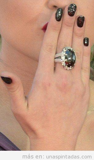 El Nail Art de Kelly Osbourne con diamantes negros en los Premios Emmy
