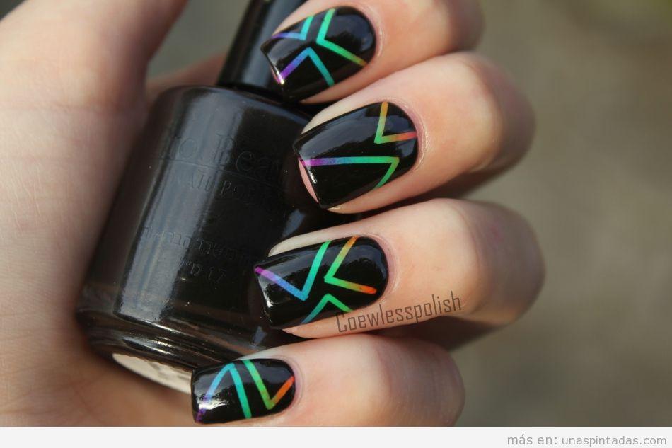 Decoración de uñas con degradado de color y rayas sobre negro