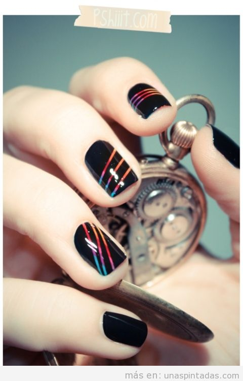 Diseño de uñas con un arcoiris sobre negro