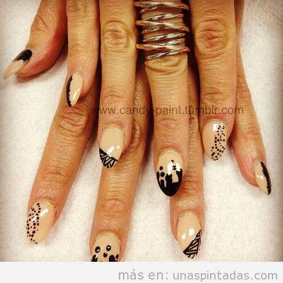 Decoración de uñas con colores nude y dibujos en negro