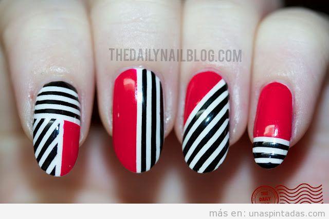 Decoración de uñas de color rojo con rayas blancas y negras