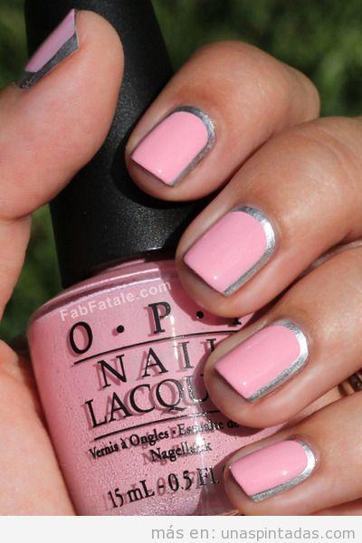 Decoración de uñas con esmalte rosa y borde plateado