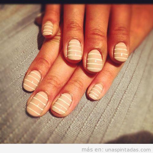 Decoración de uñas a rayas con colores nude y blanco