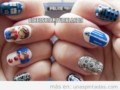 Diseño de uñas con dibujos de la serie Doctor Who