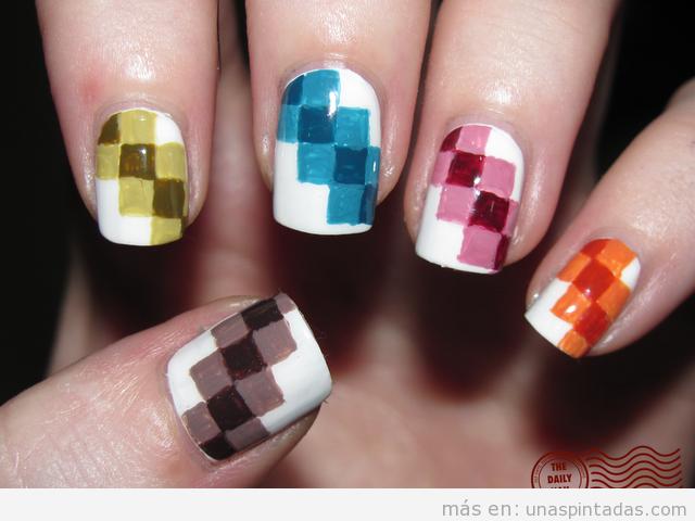 Nail Art o Decoración de uñas original con dibujos de píxeles