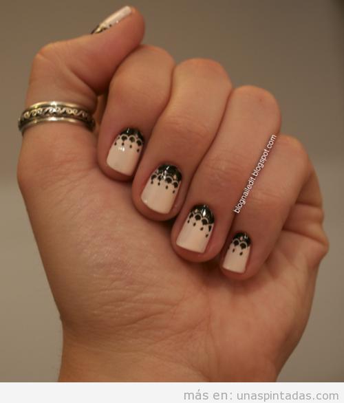 Nail Art en nude y negro elegante con dibujos de puntilla