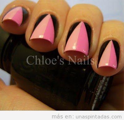 Decoración de uñas con triángulo rosa sobre fondo negro