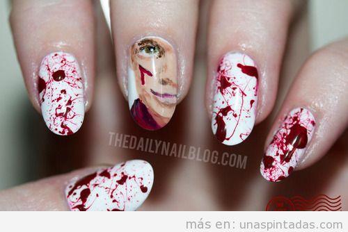 Diseño de uñas con la cara de la serie Dexter y salpicaduras de sangre
