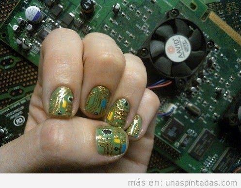 Diseño de uñas friki, nerd y geek con el circuito impreso de la placa de un ordenador