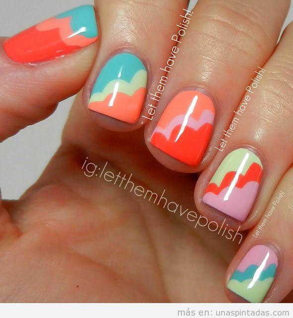 Decoración de uñas con nubes de colores en tonos pastel