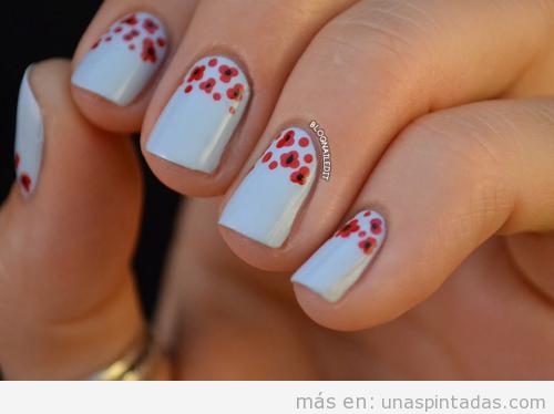Decoración de uñas en blanco con dibujos de pequeñas amapolas