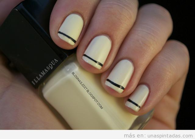 Decoración de uñas en blanco roto con raya negra, sencillo y elegante