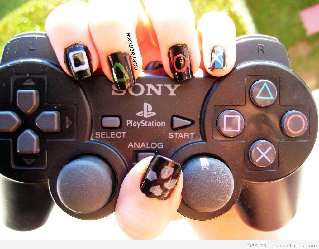 Diseño de uñas friki con los símbolos del mando de la Playstation