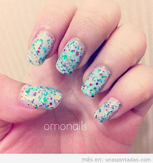 Decoración de uñas a base de pequeños puntos que parecen confetti