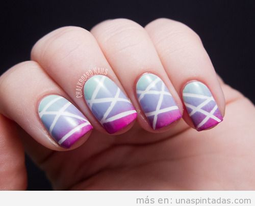 Diseño de uñas con rayas inspiradas en el juego laser tag