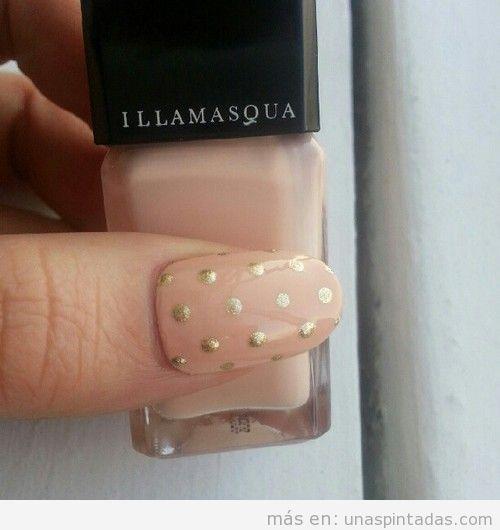 Decoración de uñas elegante en nude y dorado