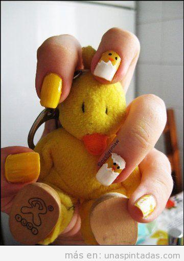 Decoración de uñas gracioso con un polluelo saliendo del cascarón