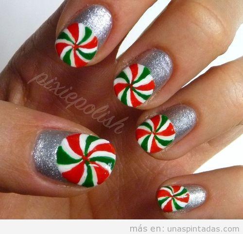 Decoración de uñas con una piruleta de menta de Navidad
