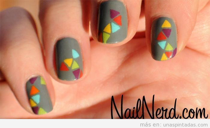 Diseño de uñas fácil en gris y triángulos de colores