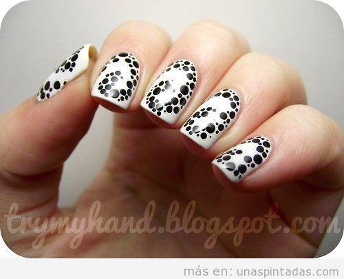 Diseño de uñas en blanco con pequeños puntos en negro