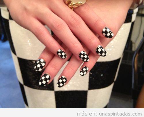 Decoración de uñas blanco y negro ajedrez