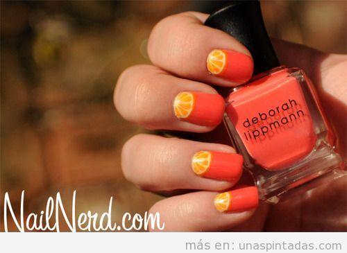 Diseño de uñas con el dibujo de una rodaja de naranja