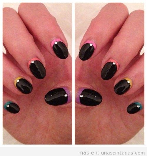 Decoración de uñas con base en colores y esmalte negro encima