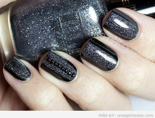 Decoración de uñas en negro y plateado con purpurina