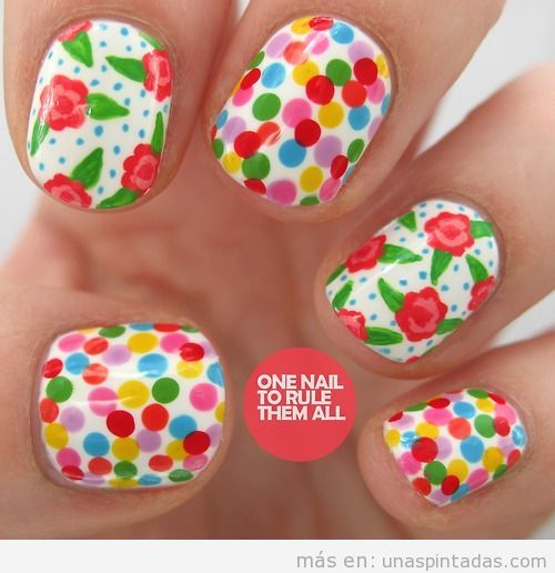 Diseño de uñas con flores y lunares de colores