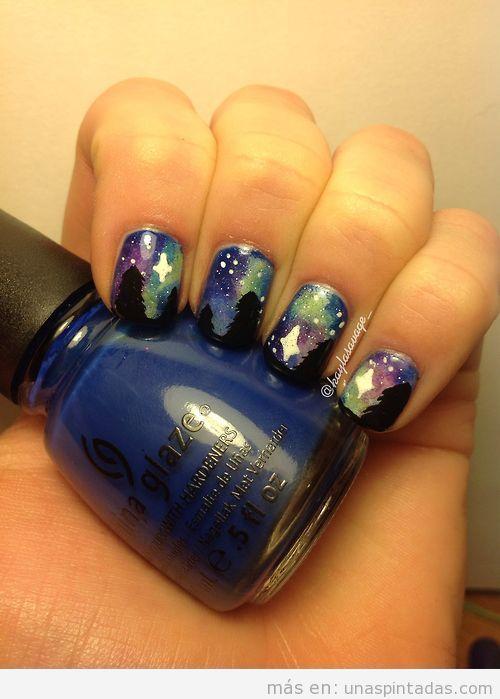 Decoración de uñas de un bosque de noche con aurora boreal