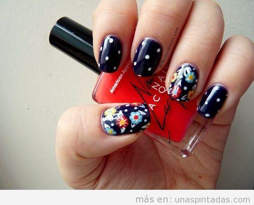Decoración de uñas vintage y elegante, con flores y lunares en fondo negro