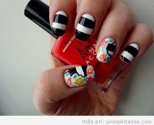 Decoración de uñas con rayas blancas y negras y flores