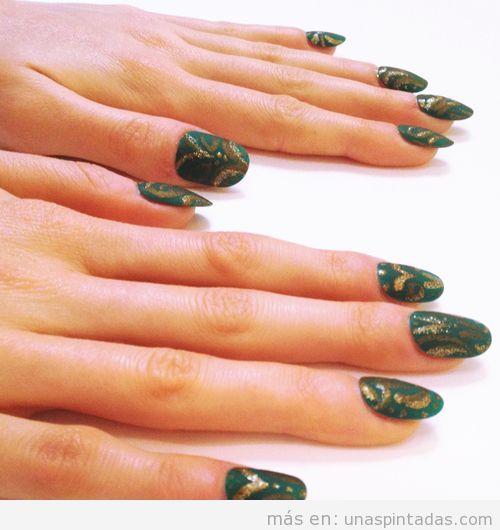 Decoración de uñas elegante con motivo de brocado