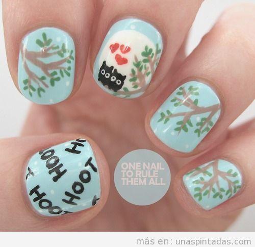Bonito diseño de uñas con el dibujo de dos búhos en las ramas enamorados