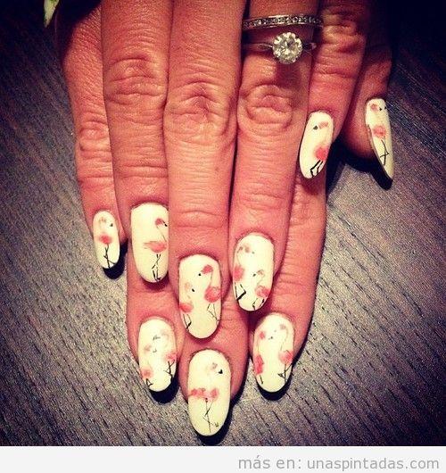 Diseño de uñas original con un flamenco dibujado