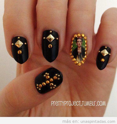 Diseño de uñas curioso y original con Frida Khalo y tachuelas