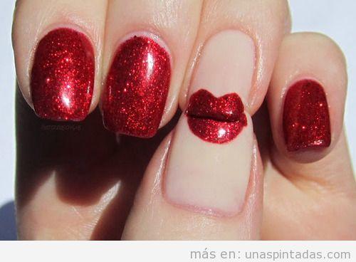 Decoración de uñas con purpurina roja y unos labios dibujados