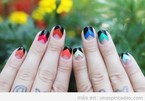 Decoración de uñas en negro y colores con chevrón
