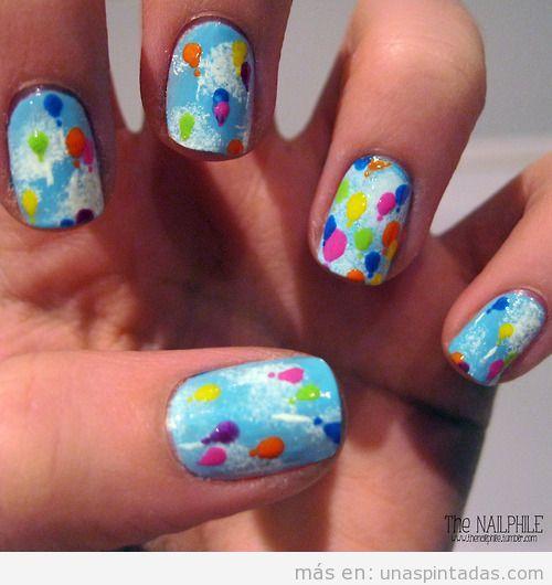 Diseño de uñas con dibujos de globos de colores en el cielo