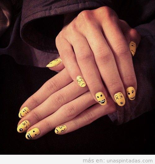 Decoración de uñas con dibujos de smileys en amarillo